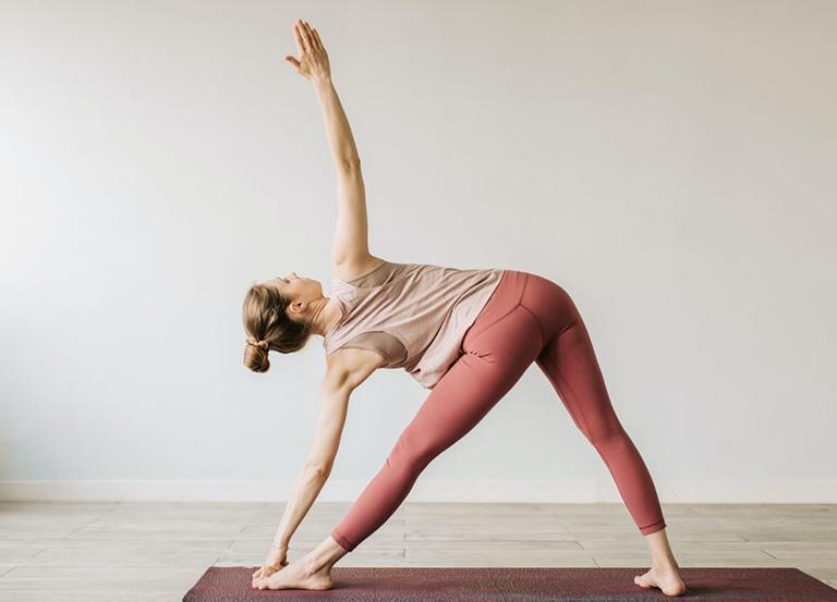 Tư thế yoga tam giác cải thiện sức khỏe hệ tiêu hóa