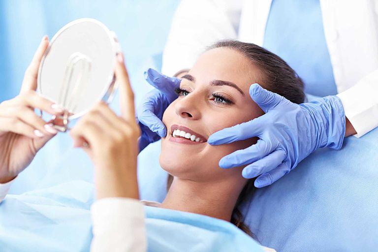 Khách hàng nên tái khám định kỳ để bác sĩ kiểm tra răng miệng
