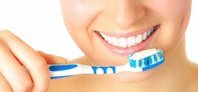 Đánh răng thật sạch sau khi ăn để đánh bay hết mảng bám dư thừa