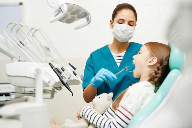 Bác sĩ tiến hành kiểm tra răng miệng trước khi niềng răng