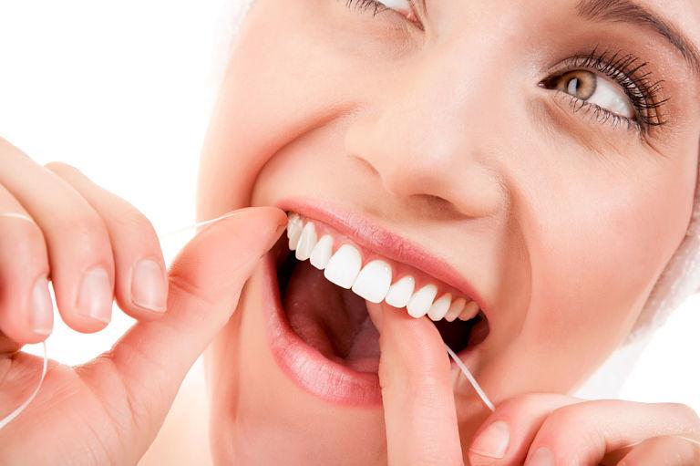 Sau khi ăn bạn dùng chỉ nha khoa để loại bỏ hết mảng bám trên răng
