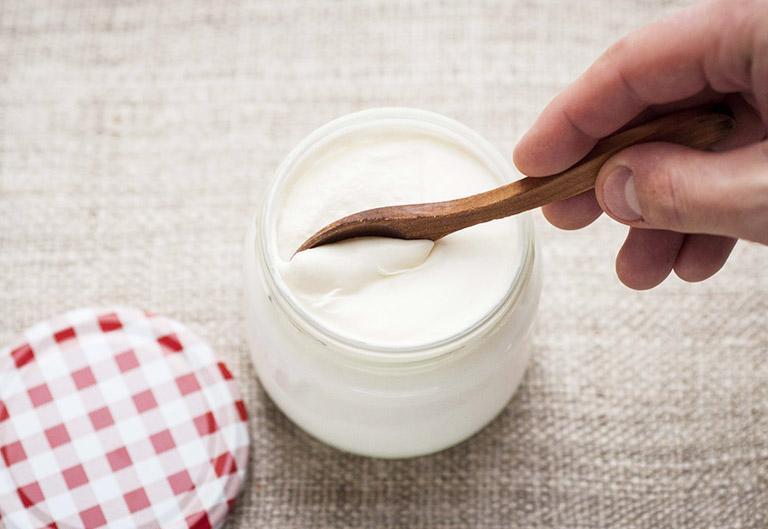Sữa chua có chứa rất nhiều lợi khuẩn, có thể cân bằng được môi trường trong âm đạo