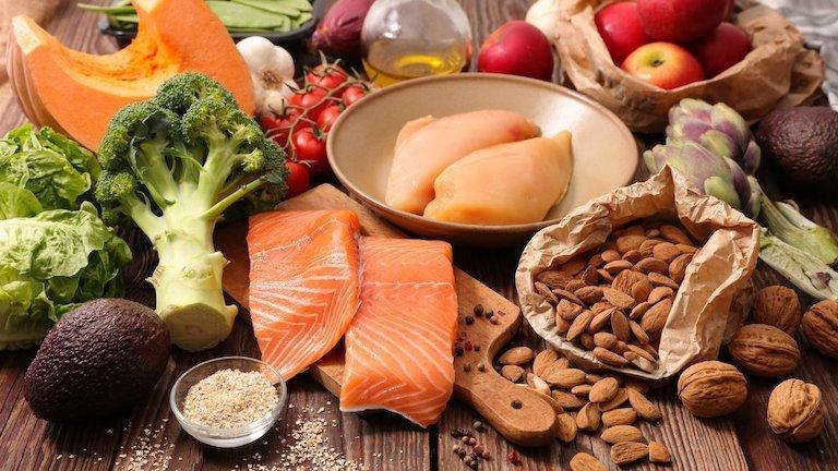 Song song với việc điều trị, hãy chú ý đến chế độ dinh dưỡng đầy đủ mỗi ngày