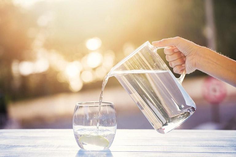 Mỗi ngày bạn cần uống từ 2 - 3 lít nước mỗi ngày để điều hòa hệ miễn dịch