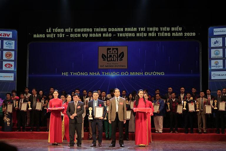 Lương y Đỗ Minh Tuấn (ở giữa) trong lễ trao giải Hàng Việt tốt - Dịch vụ hoàn hảo - Thương hiệu nổi tiếng 2020
