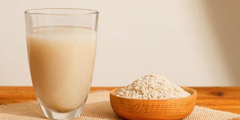 Bột gạo lứt pha với nước sôi có vị thơm, ngọt nhẹ rất dễ uống