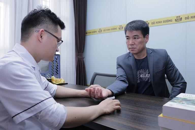 Anh Thủy đi khám điều trị gout tại Đỗ Minh Đường
