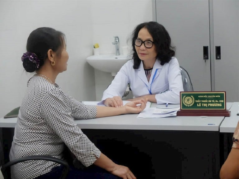 SCKII Lê Phương – GĐ chuyên môn CTCP Tổ hợp y tế cổ truyền biện chứng Quân Dân 102 trực tiếp thăm khám cho người bệnh