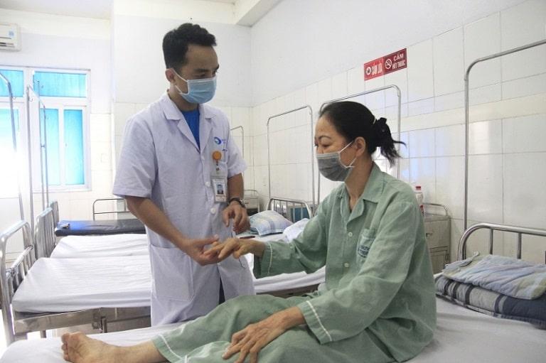 Bác sĩ Khoa Lão khoa - Cơ xương khớp tiến hành thăm khám cho người bệnh viêm đa khớp dạng thấp