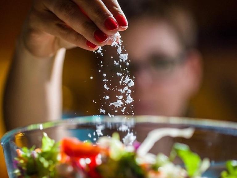 Đồ ăn nhiều muối không tốt cho vết thương hở ở niêm mạc miệng
