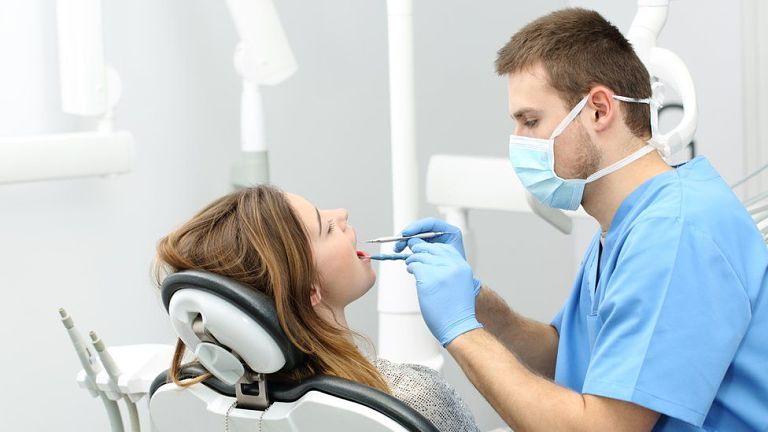 Khách hàng sẽ được bác sĩ thăm khám và kiểm tra răng miệng trước khi thực hiện niềng răng