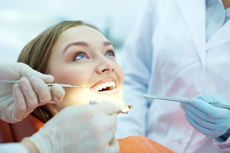 Bạn nên tái khám định kỳ để bác sĩ kiểm tra răng miệng
