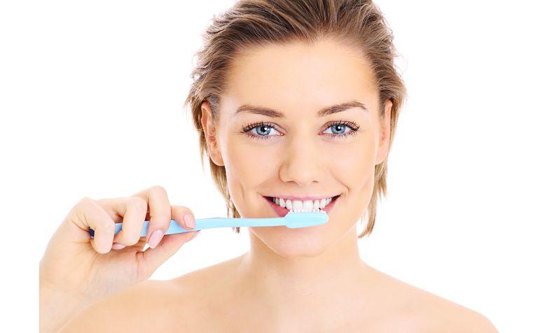 Chải răng hàng ngày để giữ vệ sinh luôn sạch sẽ và hạn chế mắc bệnh răng miệng