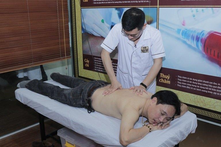 NSƯT Minh Tuấn thực hiện xoa bóp, bấm huyệt tại Đỗ Minh Đường