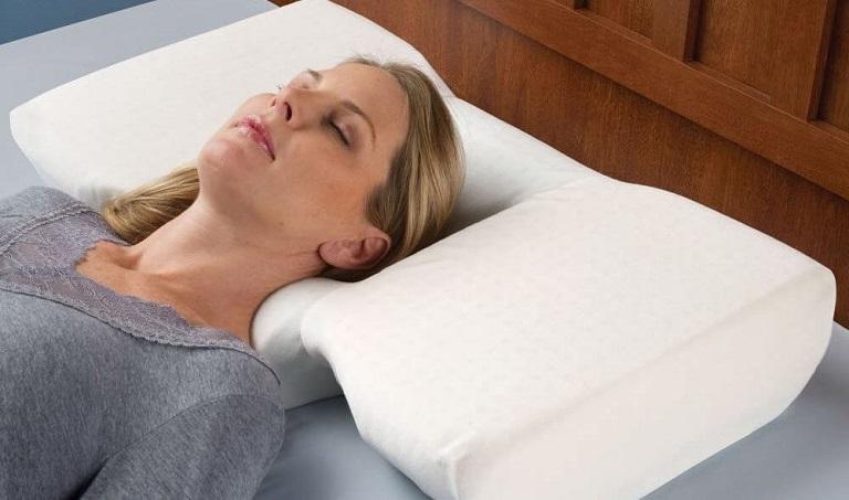 Người bị thoái hóa đốt sống lưng nên lựa chọn loại gối phù hợp để dễ đi vào giấc ngủ