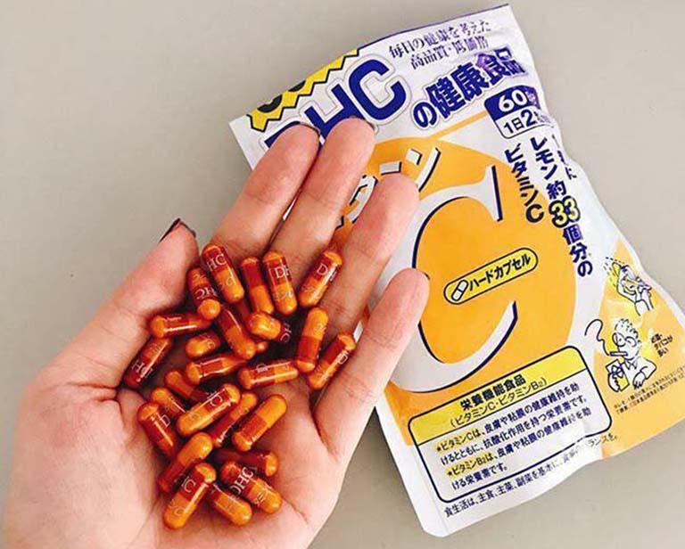 Vitamin C DHC có dạng viên nang mềm và màu vàng sẫm