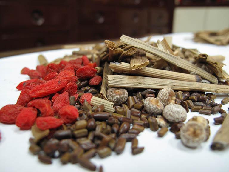 Kết hợp thuốc Đông y với lá tía tô để tăng hiệu quả