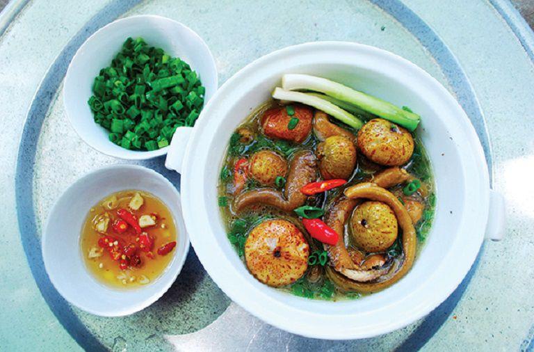 Sung om lươn và nghệ là một món ăn thơm ngon và rất tốt cho người bị dạ dày