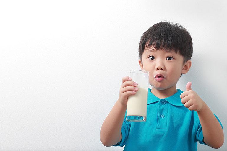 Cha mẹ nên chú ý một số vấn đề khi cho bé uống sữa